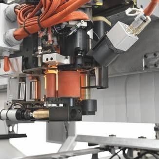 Максимальное качество прижатия кромки при её приклеивании к фигурной панели при помощи системы прижима с двумя роликами